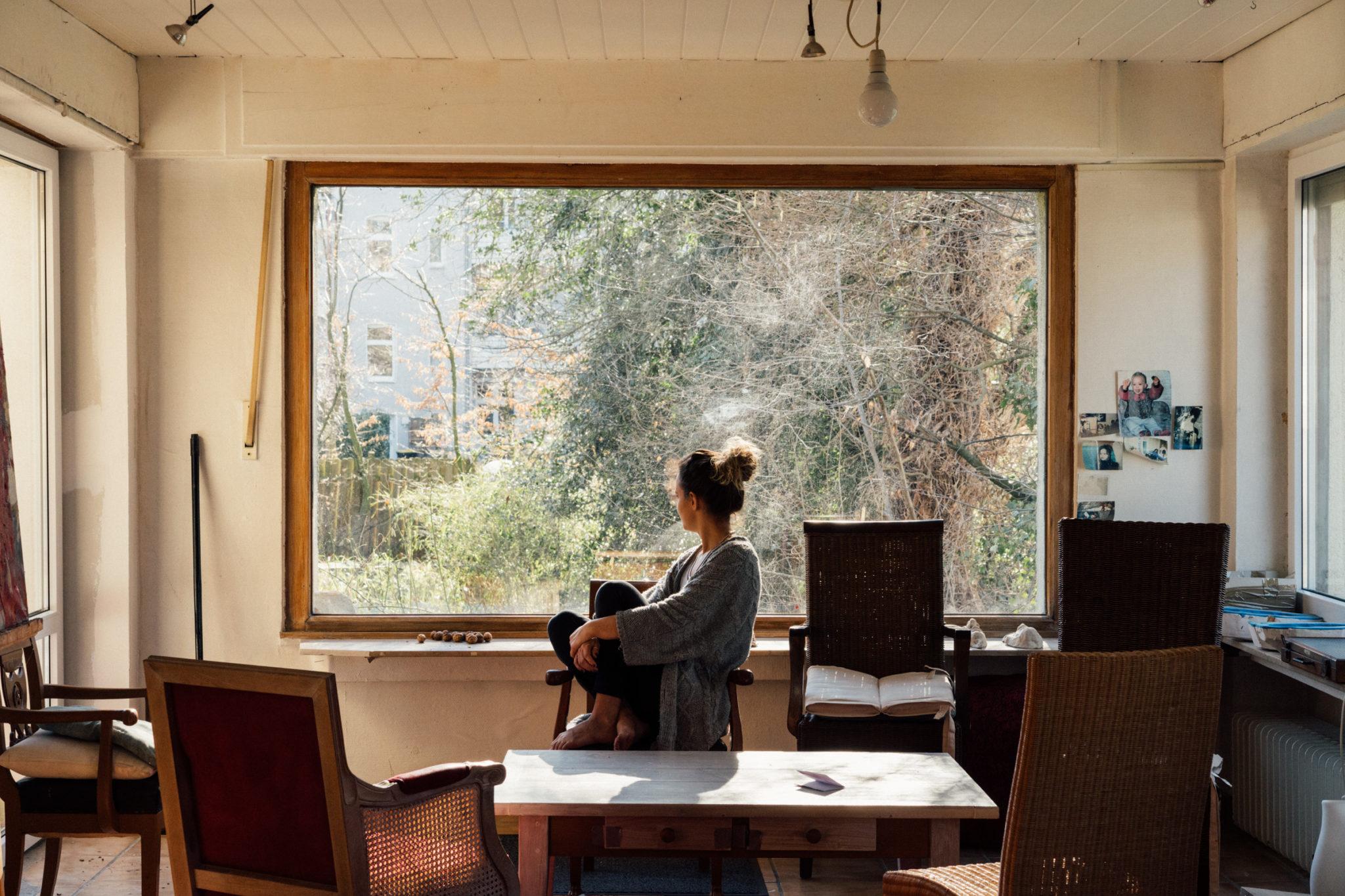 Maika Küster im Atelier von Karina Hubrich (c) Rebecca ter Braak